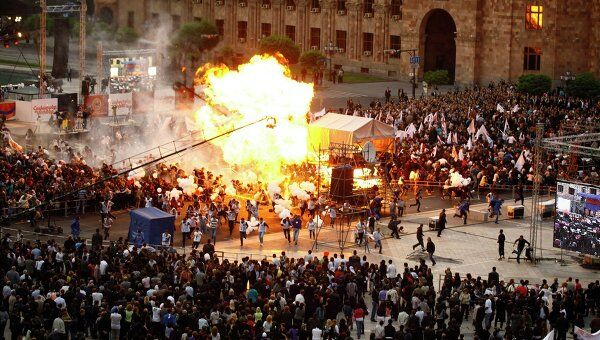 Воздушные шары с газом взорвались на митинге в Ереване