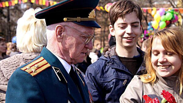 Гвоздики и георгиевские ленточки: парад Победы в Иркутске