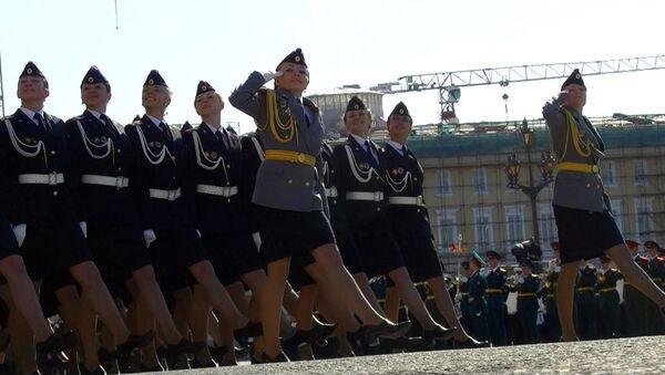 Студентки университета МВД прошли по Дворцовой на каблуках во время парада