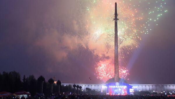 Тысячи залпов салюта в небе над столицей в честь Дня Победы