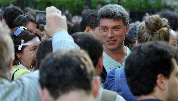 Сопредседатель Партии народной свободы Борис Немцов во время народных гуляний сторонников оппозиции на Чистопрудном бульваре. Архив