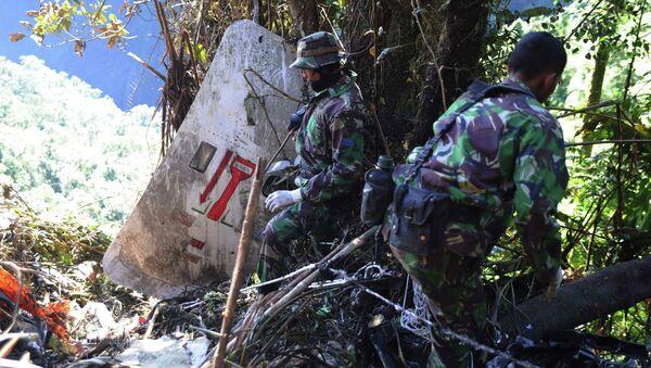 Индонезийские солдаты на месте катастрофы SSJ-100. Архив