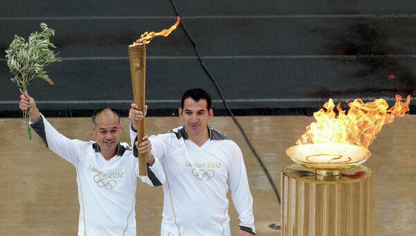 Церемония передачи Олимпийского огня Лондону