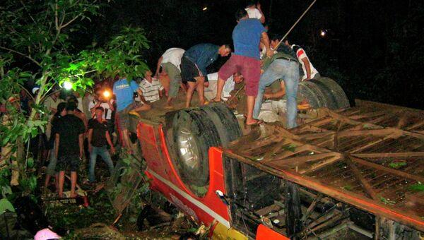 Спасатели работают на месте падения автобуса во Вьетнаме