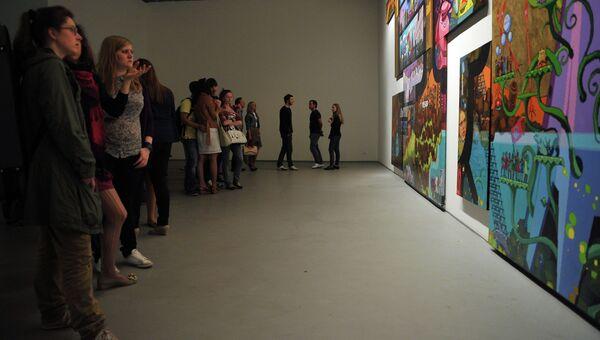 Посетители в Центре современного искусства Винзавод. Архив