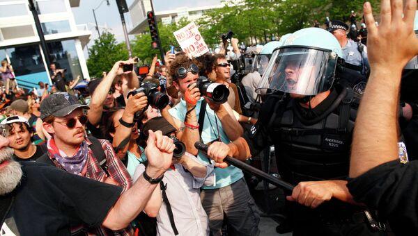 Столкновения протестующих и полицейских в Чикаго