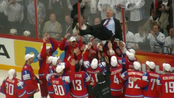 Российские хоккеисты качали тренера на руках после победы на ЧМ