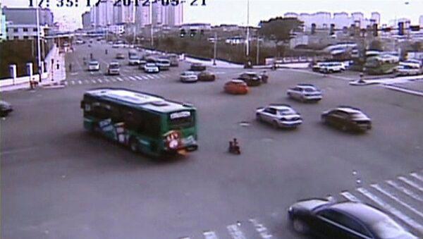 Трехлетний китайский мотоциклист лихо лавировал во встречном потоке машин