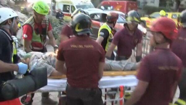 Спасатели извлекли женщину из-под завалов после землетрясения в Италии