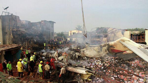 Спасательные работы на месте крушения самолета в Лагосе, Нигерия