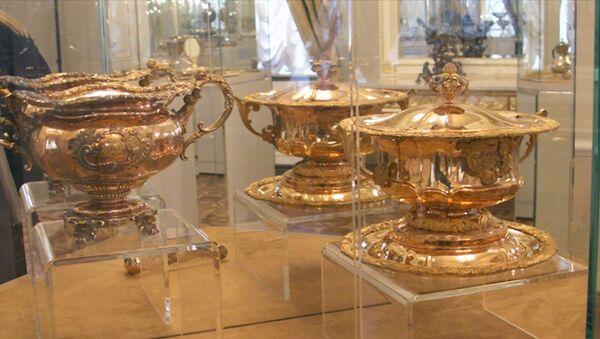 Столовое серебро, пуховка, ордена: клад Нарышкиных показали в Питере