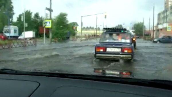 Автомобили передвигаются по затопленным ливнем улицам в Ярославле