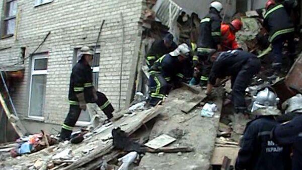 Спасатели разбирают завалы на месте обрушения жилого дома в Луцке