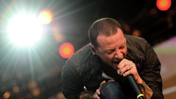 Участник группы Linkin Park Честер Беннингтон выступает на фестивале рок-музыки Максидром 2012. Архивное фото