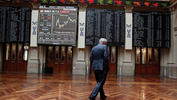 Электронные табло на фондовой бирже в Мадриде, Испания. Архив
