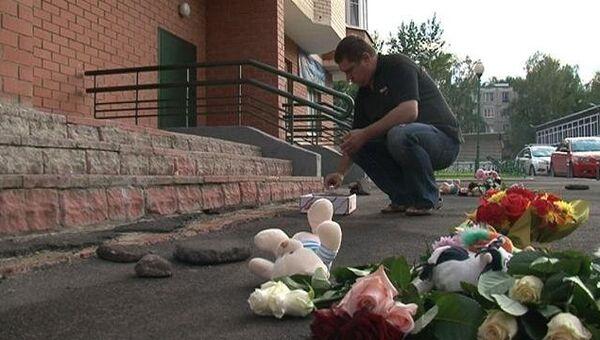 Люди несут цветы и игрушки к дому, где дети были сброшены с 15 этажа