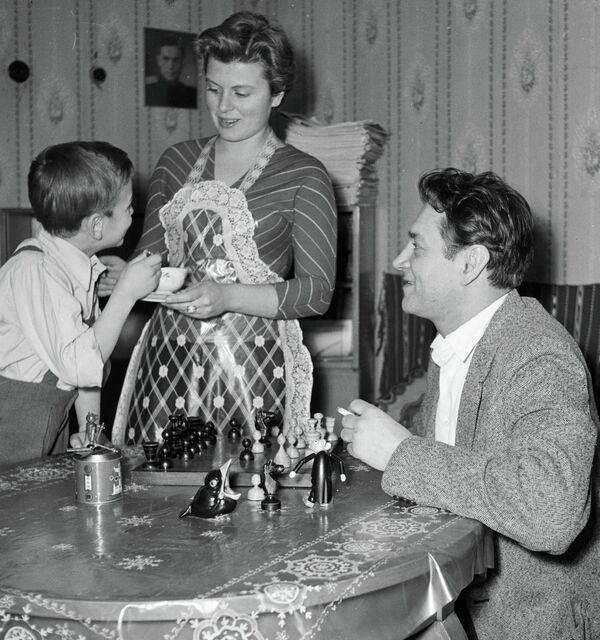 Артист Владлен Давыдов с женой Маргаритой и сыном Андреем