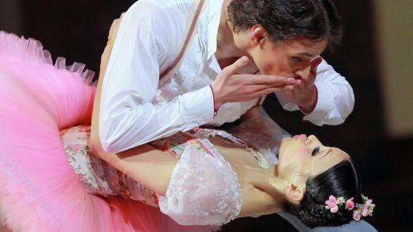Балерина Кристина Шапран и танцовщик Сергей Полунин в сцене из Балета Коппелия на сцене Московского музыкального театра