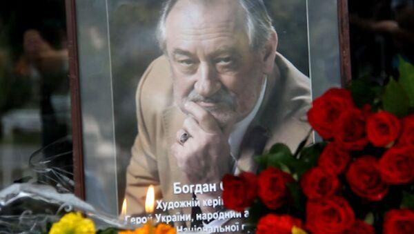 Поклонники несут розы и подсолнухи к театру, где играл Богдан Ступка