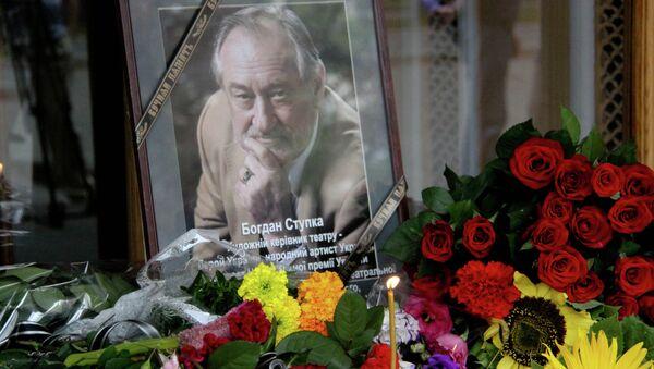 Цветы у театра им. Ивана Франко в Киеве в память о Богдане Ступке
