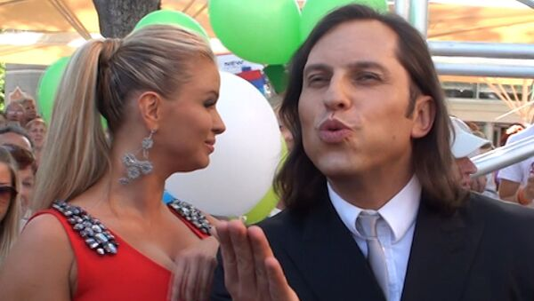 Александр Ревва дарил воздушные поцелуи на красной дорожке Новой волны