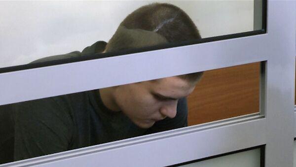 Обвиняемый в убийстве семьи из пяти человек в суде молчал и глядел в пол