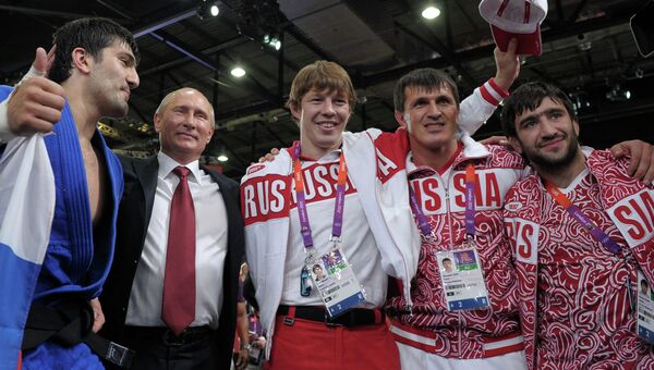 Президент России Владимир Путин с олимпийскими чемпионами и призером по дзюдо