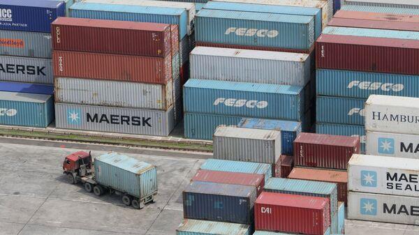Грузовые контейнеры в торговом порту. Архивное фото