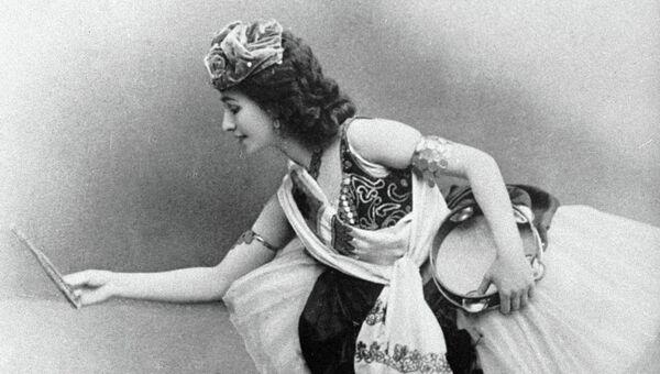 Солистка Императорского Мариинского театра балерина Матильда Кшесинская в сцене из балета композитора Цезаря Пуни Эсмеральда