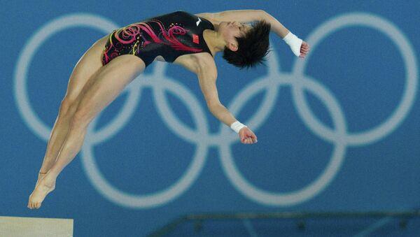 Китаянка Чен Руолин, занявшая первое место, выступает в финале соревнований по прыжкам в воду