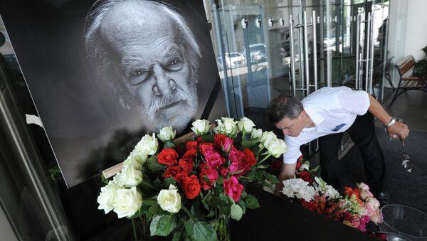 Цветы у театра Мастерская Петра Фоменко в Москве в память о П.Фоменко