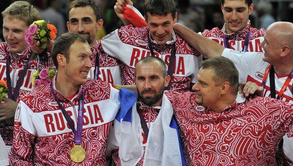 Команда сборной России, завоевавшая золотые медали в мужском волейбольном турнире