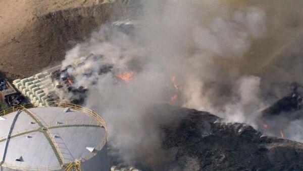 Клубы дыма поднимаются над горящим в Лондоне заводом в день закрытия ОИ