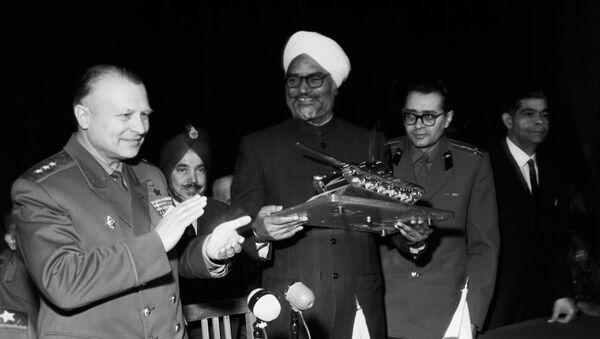 Начальник академии генерал-полковник О. Лосик и министр обороны Индии Сардар Сваран Сингх. Архивное фото