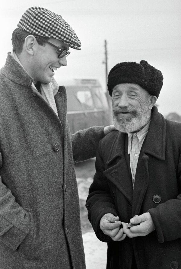 Кинорежиссер Андрон Кончаловский и колхозник Радионычев на съёмках фильма