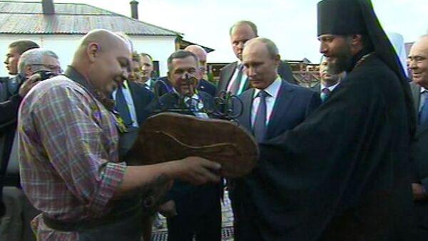 Путину показали самый большой Коран и подарили подкову на счастье