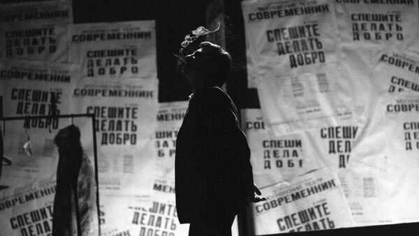 Артист Игорь Кваша в роли Владимира Мякишева в спектакле Спешите делать добро
