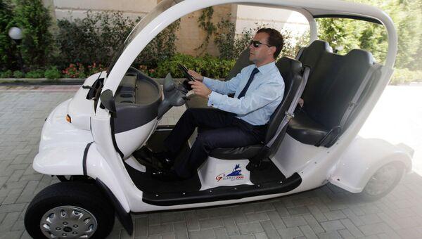 Дмитрий Медведев приехал на встречу на электрическом багги в резиденции в Сочи