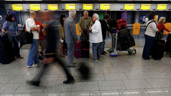 Пассажиры в аэропорту Франкфурта, Германия