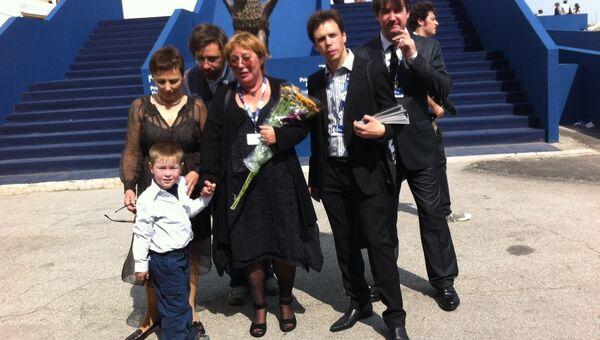 Любовь Аркус с семьей и оператором перед премьерой премьерой фильма Антон тут рядом на Венецианском кинофестивале