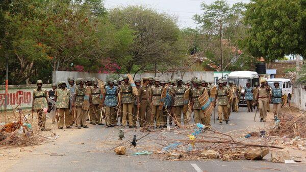 Полицейское оцепление у АЭС Куданкулам в  Индии. Архив