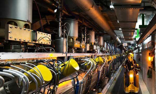 Ускорительная секция Большого адронного коллайдера, где разгоняются частицы, архивное фото