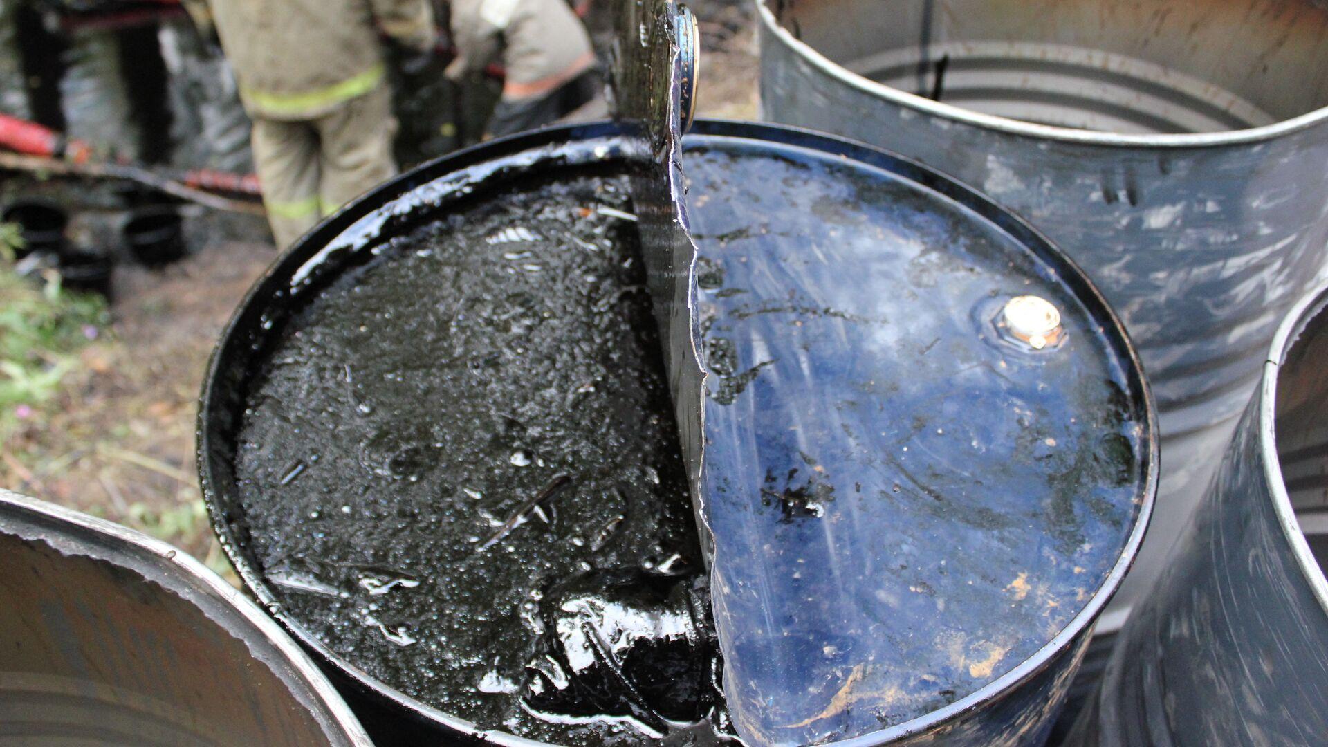Очистка подмосковного ручья, загрязненного мазутом - РИА Новости, 1920, 11.10.2021