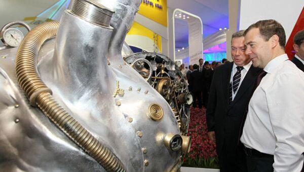 Медведев поговорил с роботом и запустил монеткой пепелац