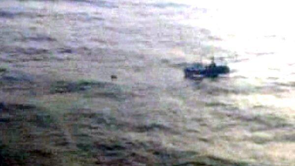 Пустой спасательный плот с траулера Вест дрейфует в Охотском море