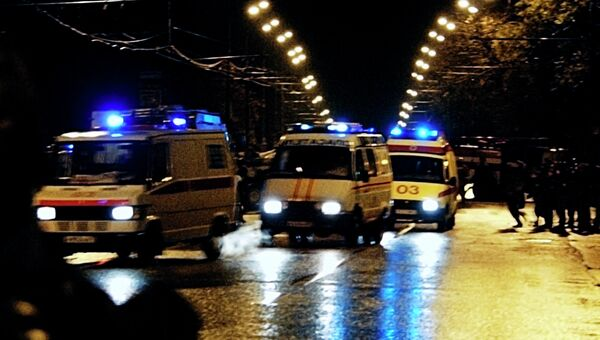 Автомобили скорой помощи спешат на помощь к пострадавшим после штурма Театрального центра на Дубровке. Архив