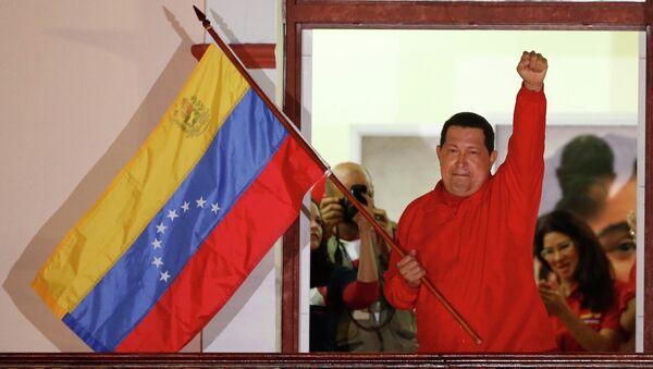 Уго Чавес приветсвует своих избирателей
