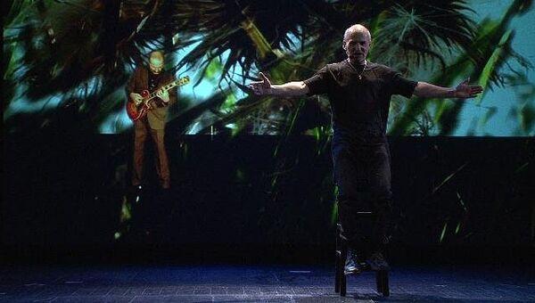 Мамонов поет и танцует на репетиции моноспектакля Дед Петр и зайцы
