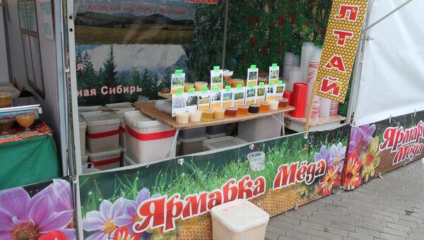 Несколько сотен пчеловодов приехали на ярмарку меда в Коломенском