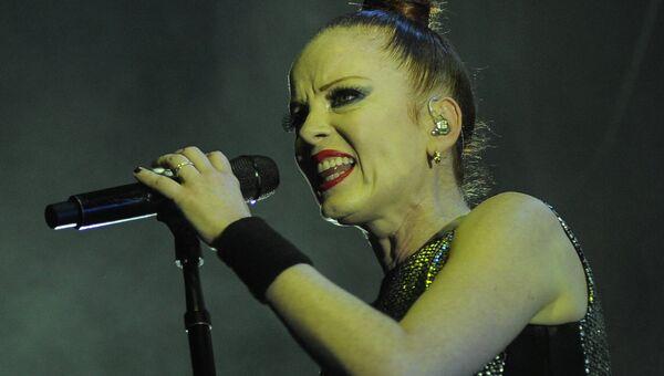 Вокалистка рок-группы Garbage Ширли Энн Мэнсон во время выступления группы в Концертном зале Известия Hall в Москве. Архивное фото
